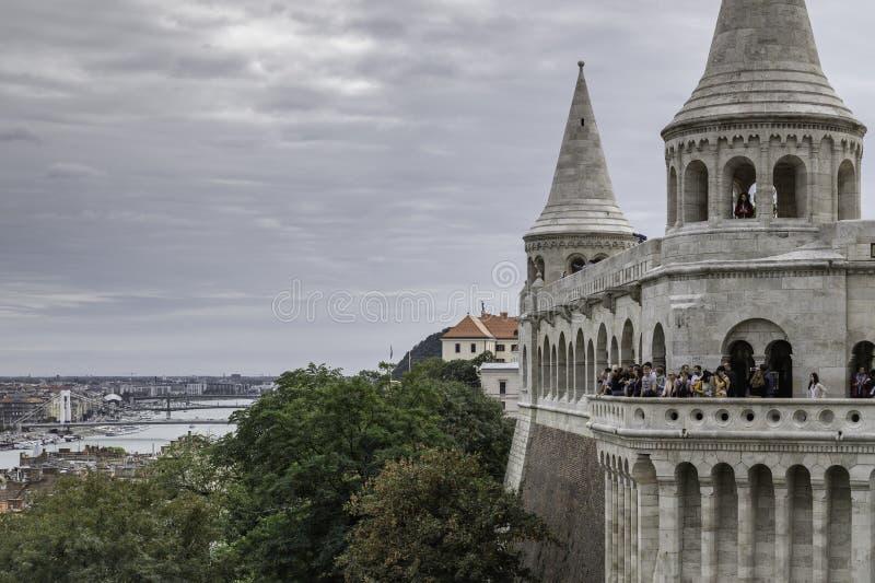 Άποψη από έναν από τους πύργους του προμαχώνα των ψαράδων στη Βουδαπέσ στοκ φωτογραφίες