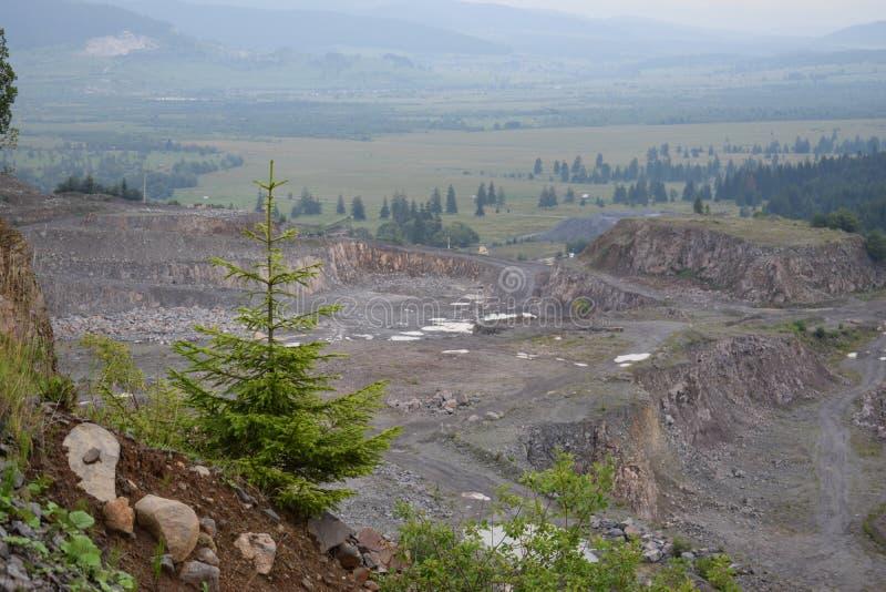 Άποψη από ένα πέρασμα βουνών πέρα από μια κοιλάδα κατωτέρω στην επαρχία Hargitha, Ρουμανία στοκ φωτογραφία
