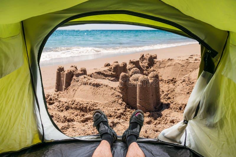 Άποψη από μέσα από μια σκηνή στο κάστρο άμμου στοκ φωτογραφίες