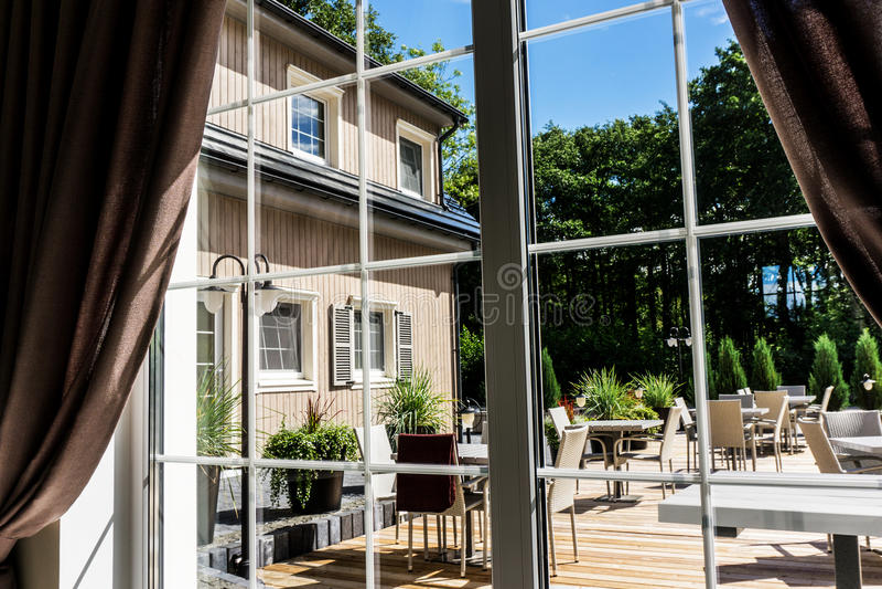 Άποψη από μέσα στο σύγχρονο πεζούλι θερινού patio στοκ εικόνες