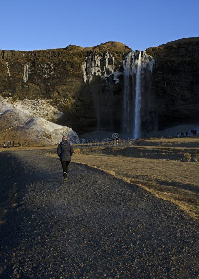 Άποψη από μέσα από τον καταρράκτη Seljalandsfoss στην Ισλανδία στοκ φωτογραφία