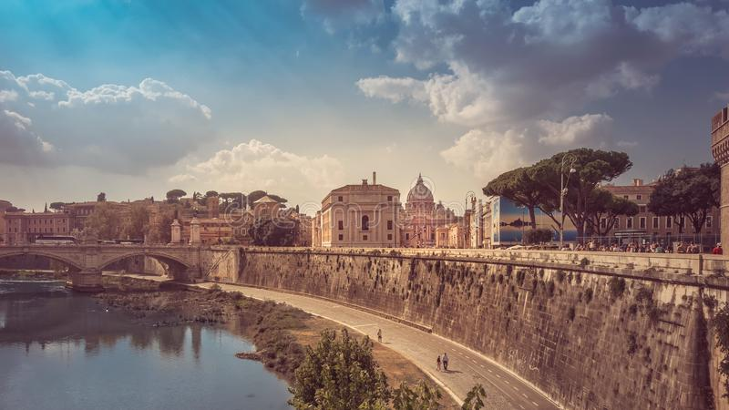 Άποψη από μια γέφυρα πέρα από το Tiber στη βασιλική του ST Peter ` s στοκ εικόνα με δικαίωμα ελεύθερης χρήσης