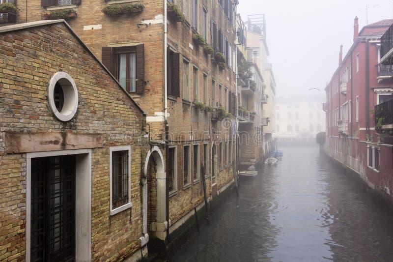 Άποψη από μια γέφυρα στα ομιχλώδη κανάλια της Βενετίας και του μεγάλου καναλιού στοκ φωτογραφία με δικαίωμα ελεύθερης χρήσης