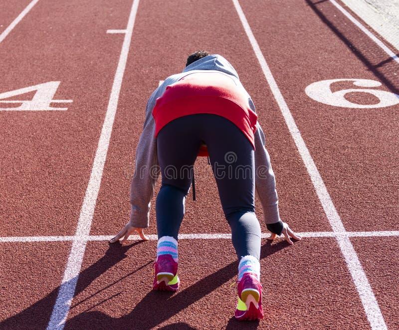 Άποψη από πίσω ενός sprinter έτοιμου να συναγωνιστεί στοκ εικόνα με δικαίωμα ελεύθερης χρήσης