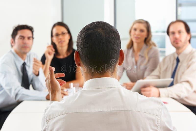 Άποψη από πίσω ως συνάντηση διευθύνσεων CEO στοκ φωτογραφία με δικαίωμα ελεύθερης χρήσης