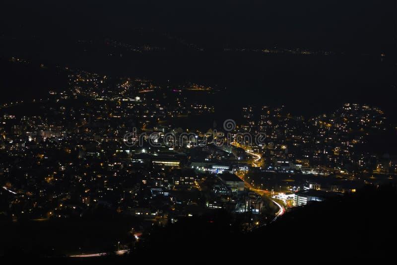 Άποψη από τα βουνά στην πόλη νύχτας Λουκέρνης στην Ελβετία στοκ εικόνες