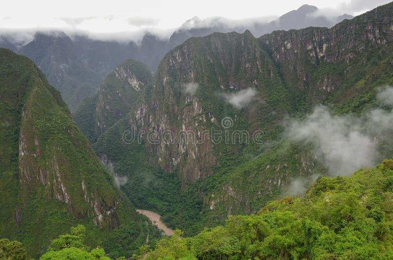 Άποψη από τα πεζούλια της χαμένης πόλης Inca Machu Picchu στο φαράγγι στοκ φωτογραφία