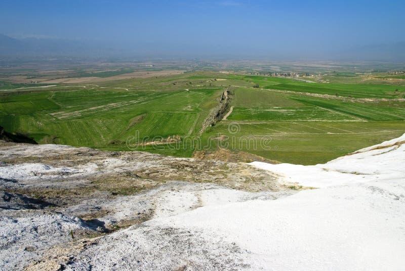 Άποψη από τα πεζούλια τραβερτινών εν όψει Pamukkale στοκ φωτογραφία με δικαίωμα ελεύθερης χρήσης