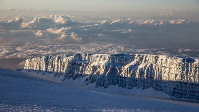 Άποψη από την αιχμή 5895 μ Kilimanjaro Uhuru στον παγετώνα στοκ εικόνες