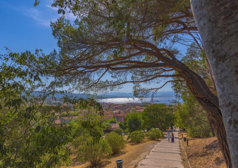 Άποψη από την ακρόπολη Άγιος-Tropez στην πορεία που οδηγεί στη θάλασσα και την πόλη Στην πορεία στην απόσταση ένα νέο ζεύγος στοκ φωτογραφίες με δικαίωμα ελεύθερης χρήσης