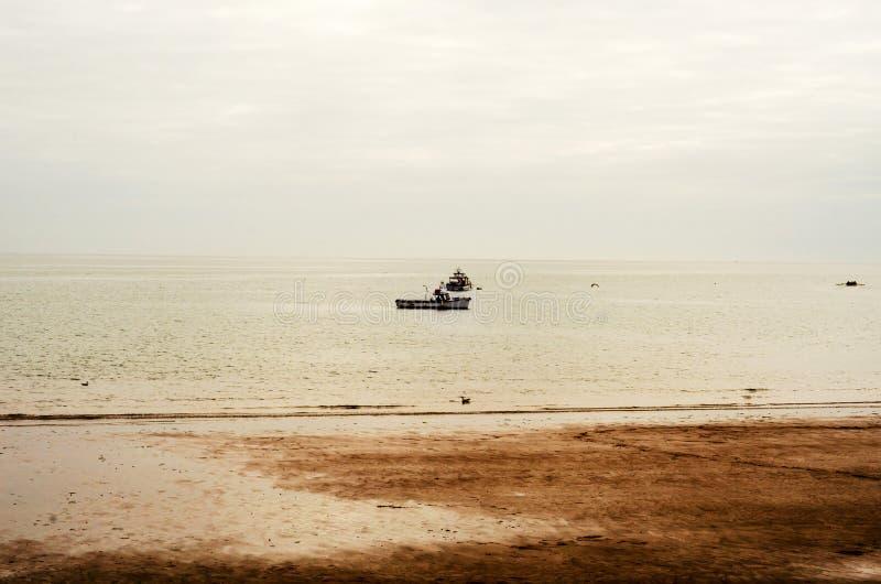 Άποψη από την ακτή στα αλιευτικά σκάφη ωκεάνιο, όμορφο στο νεφελώδη στοκ εικόνα με δικαίωμα ελεύθερης χρήσης