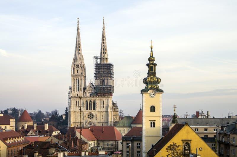 Άποψη από την ανώτερη πόλη στον καθεδρικό ναό του Ζάγκρεμπ και την εκκλησία του ST Mary στοκ εικόνα