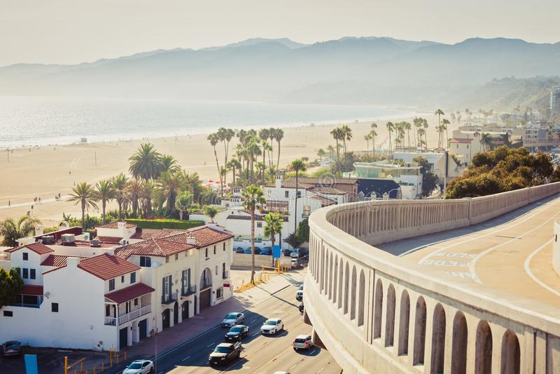 Άποψη από την κλίση Καλιφόρνιας στον ειρηνικό αυτοκινητόδρομο και τον ωκεανό στη Σάντα Μόνικα στοκ φωτογραφίες