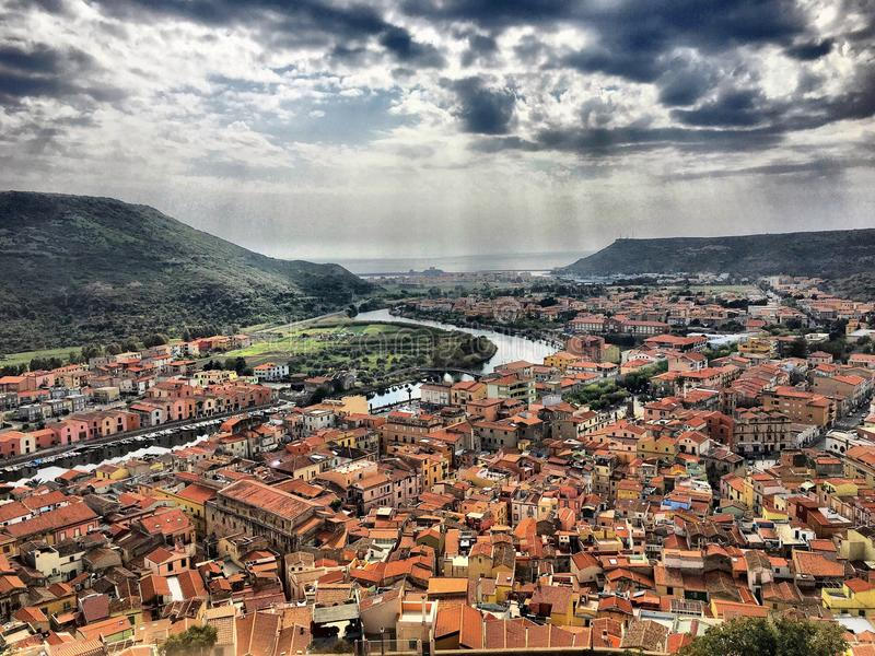 Άποψη από την κορυφή στη θάλασσα σε Bosa, Σαρδηνία στοκ εικόνες με δικαίωμα ελεύθερης χρήσης