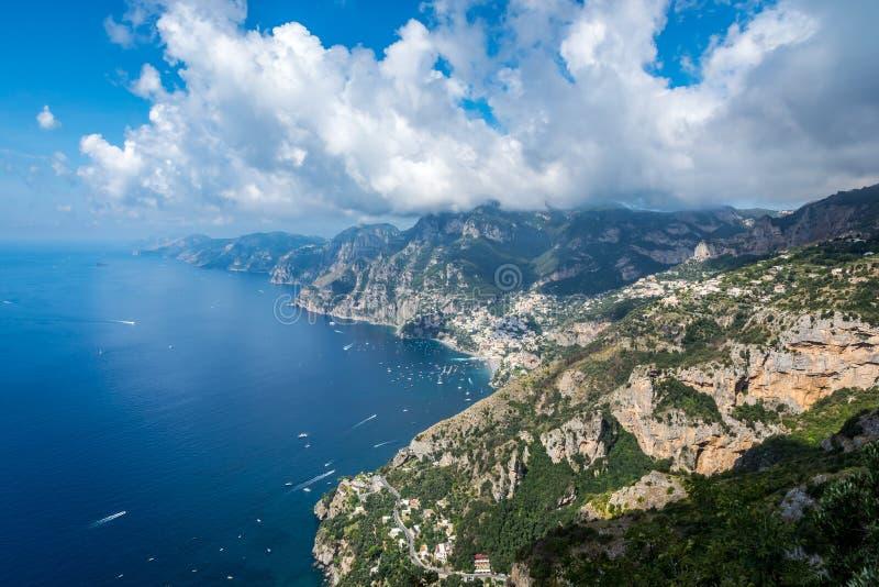 Άποψη από την πορεία του πεζοπορώ Dei degli Sentiero Θεών, κοιτάζοντας πέρα από Positano και την ακτή της Αμάλφης στοκ φωτογραφίες