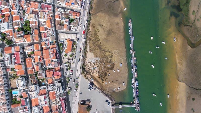 _ Άποψη από την πρόσδεση ουρανού της αλιείας των σκαφών στο χωριό Cabanas de Ταβίρα στοκ εικόνα με δικαίωμα ελεύθερης χρήσης