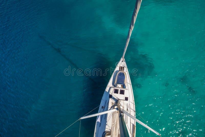Άποψη από την υψηλή γωνία της πλέοντας βάρκας Αεροφωτογραφία του σκάφους στοκ εικόνα με δικαίωμα ελεύθερης χρήσης