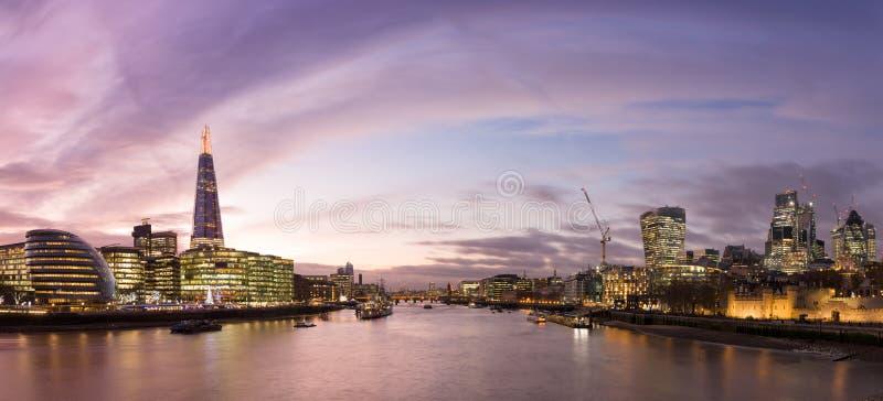 Άποψη από τη γέφυρα πύργων στη εικονική παράσταση πόλης του Λονδίνου με τα σύγχρονα buiildigs στοκ εικόνες με δικαίωμα ελεύθερης χρήσης