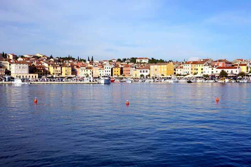 Άποψη από τη θάλασσα στη γραφική κροατική πόλη Rovinj στοκ εικόνες με δικαίωμα ελεύθερης χρήσης