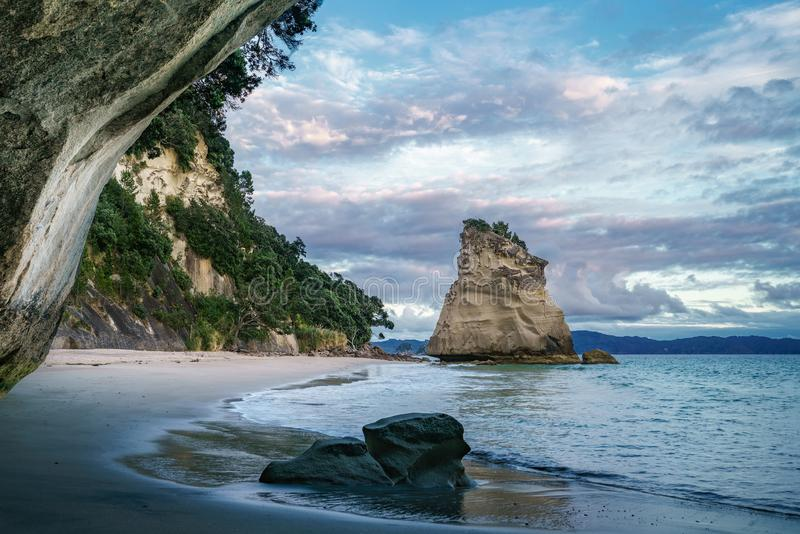 Άποψη από τη σπηλιά στον όρμο καθεδρικών ναών, coromandel, Νέα Ζηλανδία 11 στοκ φωτογραφίες
