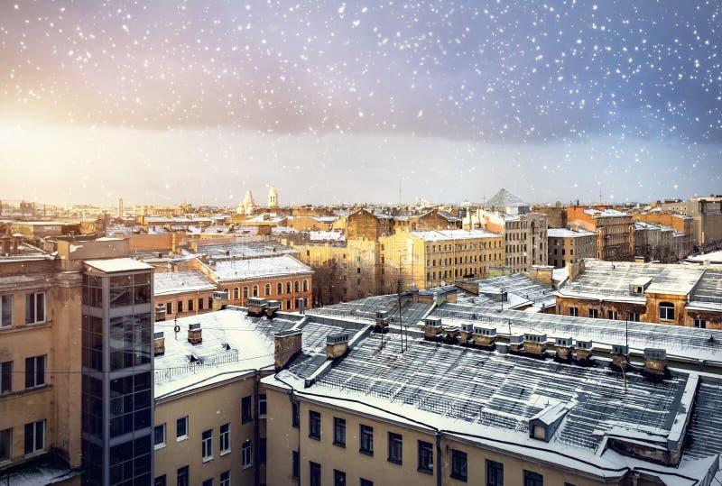Άποψη από τη στέγη το χειμώνα Πετρούπολη στοκ φωτογραφία