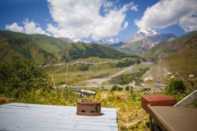 Άποψη από τη στρατοπέδευση στην πράσινη κοιλάδα βουνών και τη χιονώδη κορυφή Kazbegi στη Γεωργία στοκ εικόνες με δικαίωμα ελεύθερης χρήσης