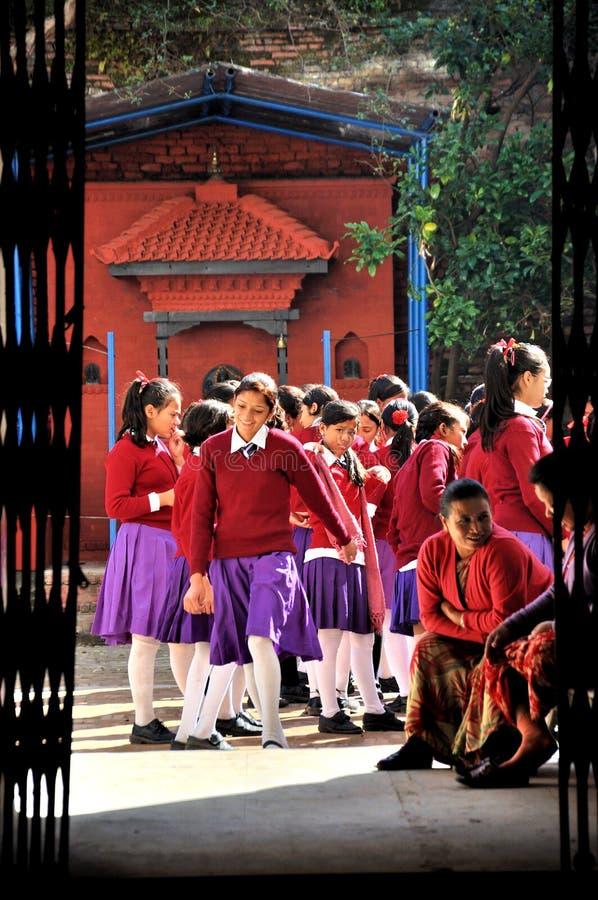 Άποψη από τη σχολική πύλη στοκ φωτογραφία με δικαίωμα ελεύθερης χρήσης