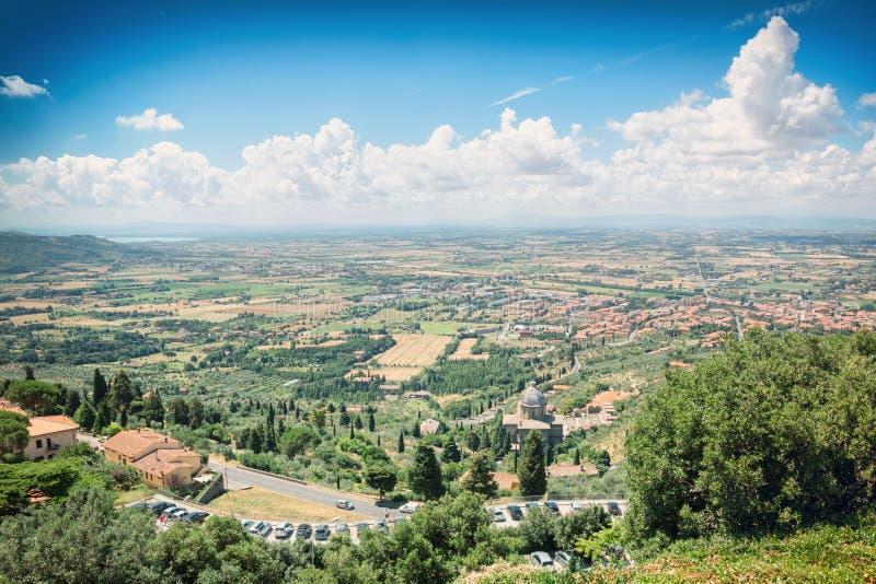 Άποψη από τις έπαλξεις της μεσαιωνικής πόλης Cortona στην επαρχία της Τοσκάνης, Ιταλία στοκ φωτογραφίες