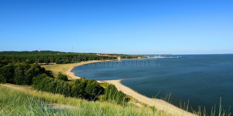 Άποψη από τον αμμόλοφο Parnidis πέρα από τη Nida και τη λιμνοθάλασσα Curonian Nida Λιθουανία στοκ εικόνες