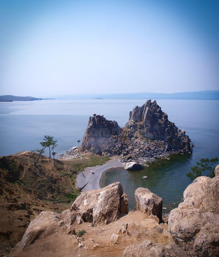Άποψη από τον απότομο βράχο του βράχου στη λίμνη Baikal στοκ εικόνες