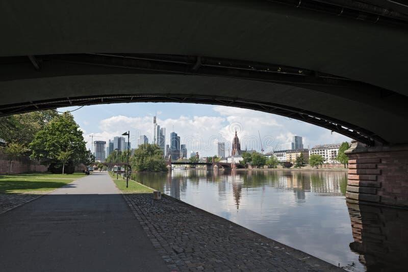 Άποψη από τον κύριο ποταμό στον ορίζοντα της Φρανκφούρτης, Γερμανία στοκ εικόνα με δικαίωμα ελεύθερης χρήσης
