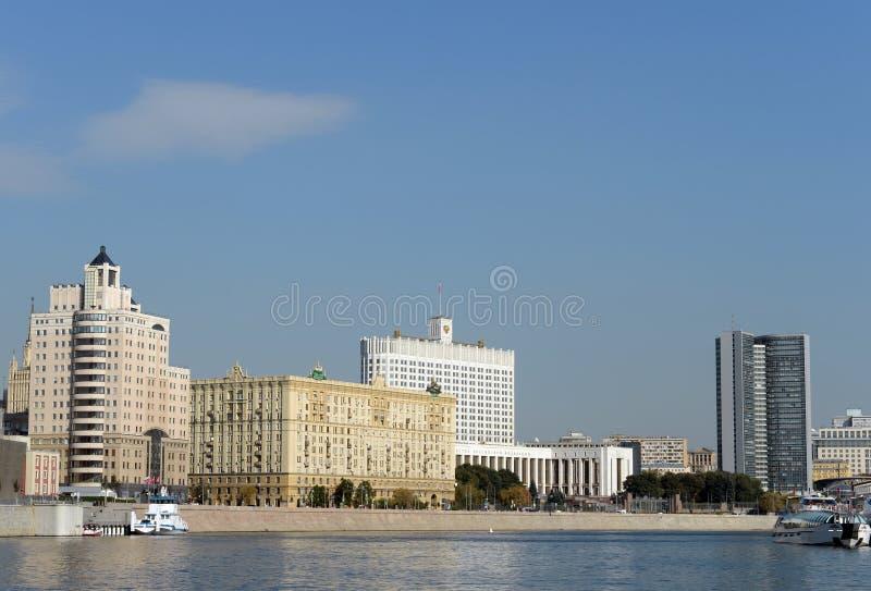 Άποψη από τον ποταμό της Μόσχας στο σπίτι της κυβέρνησης της Ρωσικής Ομοσπονδίας στοκ εικόνες με δικαίωμα ελεύθερης χρήσης
