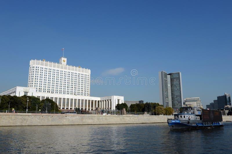 Άποψη από τον ποταμό της Μόσχας στο σπίτι της κυβέρνησης της Ρωσικής Ομοσπονδίας στοκ εικόνα με δικαίωμα ελεύθερης χρήσης