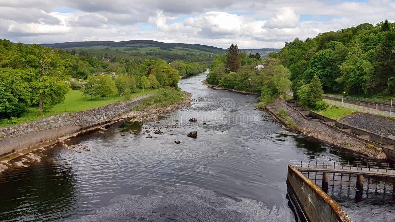 Άποψη από τον τοίχο φραγμάτων σε Pitlochry στις σκωτσέζικες ορεινές περιοχές στοκ φωτογραφία με δικαίωμα ελεύθερης χρήσης