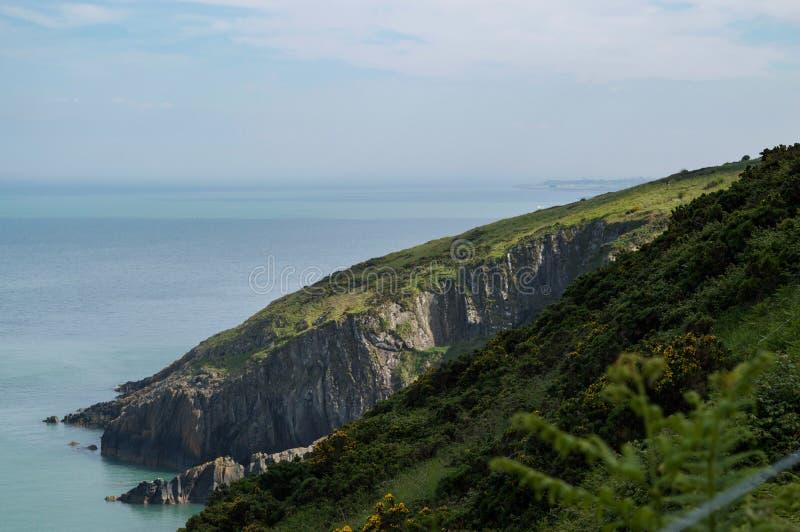 Άποψη από τους απότομους βράχους του κοβαλτίου Wicklow, Ιρλανδία πέρα από την ιρλανδική θάλασσα με Greystones στην απόσταση στοκ εικόνα με δικαίωμα ελεύθερης χρήσης