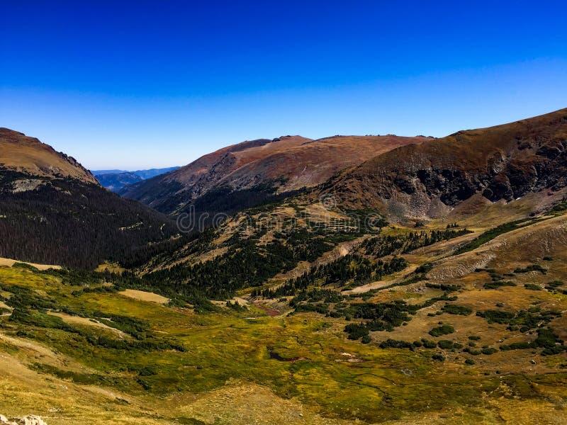 Άποψη από το αλπικό κέντρο επισκεπτών στο δύσκολο εθνικό πάρκο βουνών στοκ φωτογραφίες με δικαίωμα ελεύθερης χρήσης