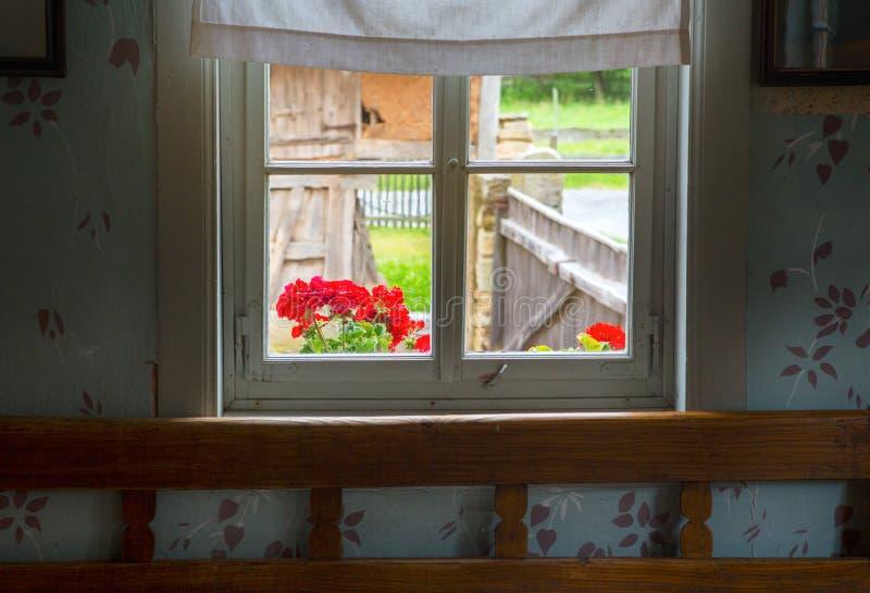 Άποψη από το εκλεκτής ποιότητας δωμάτιο μέσω του παραθύρου στο καλλιεργήσιμο έδαφος στοκ φωτογραφίες