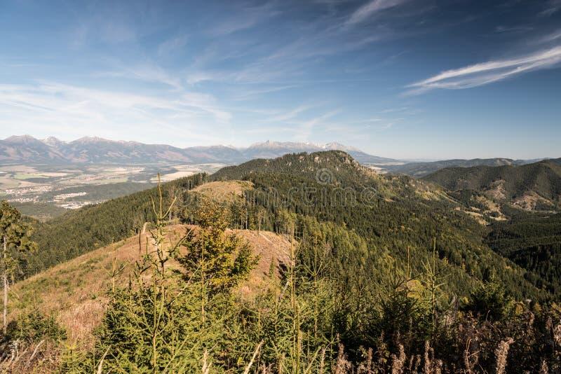 Άποψη από το λόφο Slema φυσητήρων ξέφωτων βουνών στα βουνά Nizke Tatry φθινοπώρου στη Σλοβακία στοκ εικόνα
