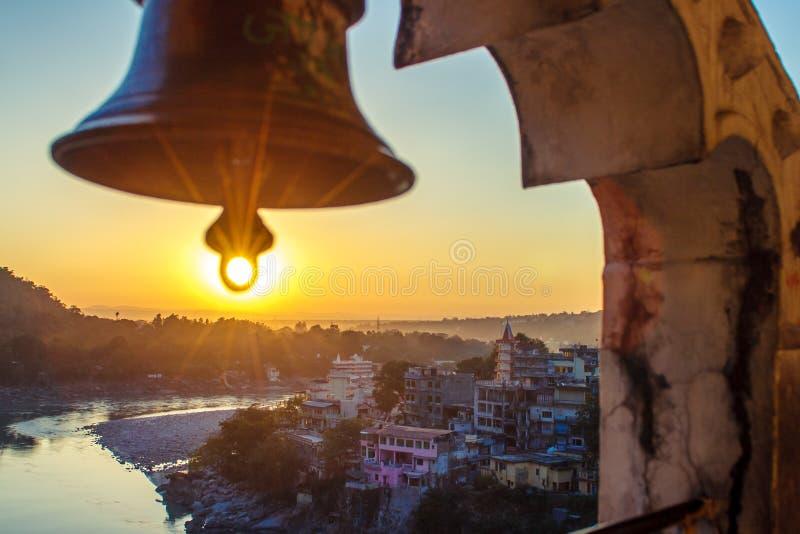 Άποψη από το ναό κάτω από το τεράστιο κουδούνι στον ποταμό Ganga και τη γέφυρα Lakshman Jhula στο ηλιοβασίλεμα Rishikesh στοκ φωτογραφία με δικαίωμα ελεύθερης χρήσης