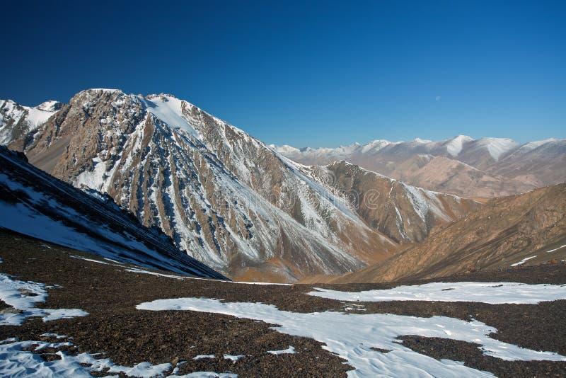 Άποψη από το πέρασμα βουνών στους βράχους και τις αιχμές στην Τιέν Σαν στοκ εικόνα με δικαίωμα ελεύθερης χρήσης