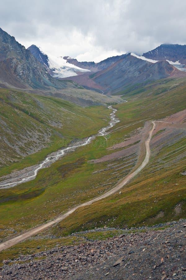Άποψη από το πέρασμα βουνών στο δρόμο, οι αιχμές, παγετώνες, στοκ φωτογραφίες