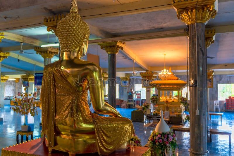 Άποψη από το πίσω μέρος ενός γλυπτού του Βούδα σε έναν κενό ναό στοκ φωτογραφία