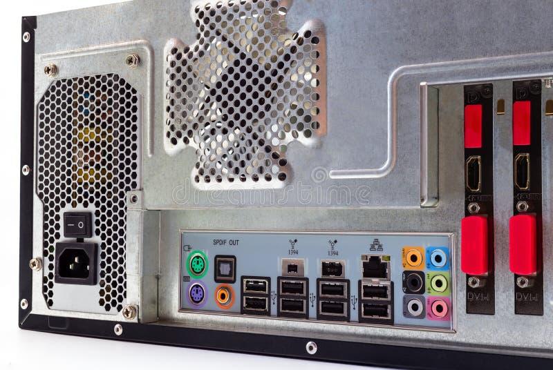 Άποψη από το πίσω μέρος ενός υπολογιστή γραφείου με μια ορατή επιτροπή σύνδεσης, ήχος, τοπικό LAN, ποντίκι, πληκτρολόγιο, USB στοκ φωτογραφίες με δικαίωμα ελεύθερης χρήσης