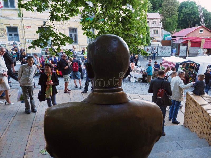Άποψη από το πίσω μέρος του μνημείου σε Mikhail Bulgakov στην κάθοδο Andreevsky στο Κίεβο στοκ φωτογραφίες με δικαίωμα ελεύθερης χρήσης