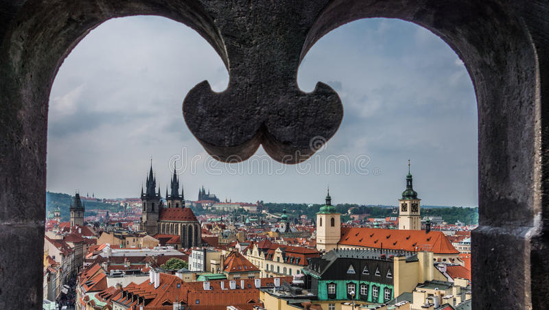 Άποψη από το παράθυρο πύργων στη στο κέντρο της πόλης Πράγα στοκ εικόνα