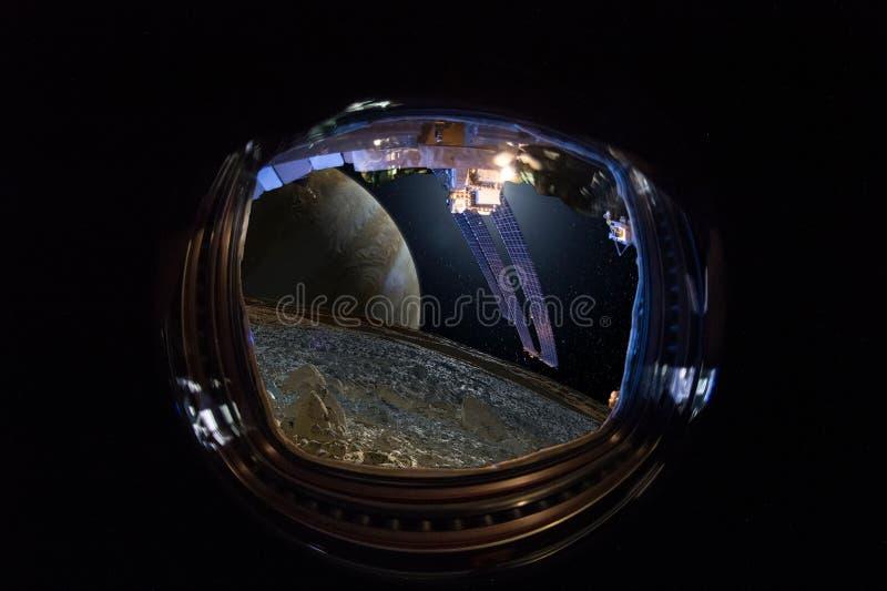 Άποψη από το παράθυρο του διαστημικού σκάφους στους αλλοδαπούς κόσμους, Δία και το φεγγάρι του Ευρώπη Ð ¡ oncept της ανθρώπινης ε στοκ φωτογραφία