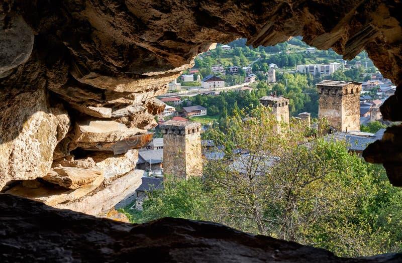 Άποψη από το παράθυρο του koki πύργων οχυρών στην της Γεωργίας πόλη Mestia Γεωργία, Svaneti στοκ εικόνες με δικαίωμα ελεύθερης χρήσης