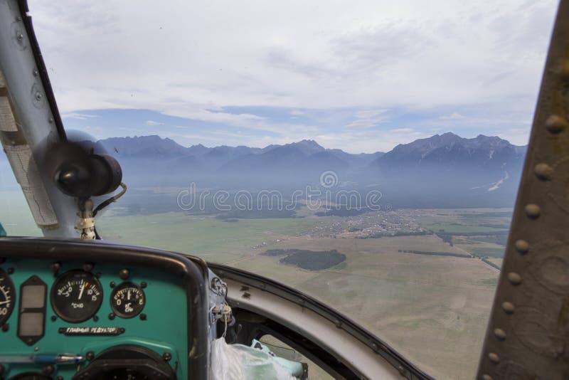 Άποψη από το πιλοτήριο ενός ελικοπτέρου στοκ εικόνα