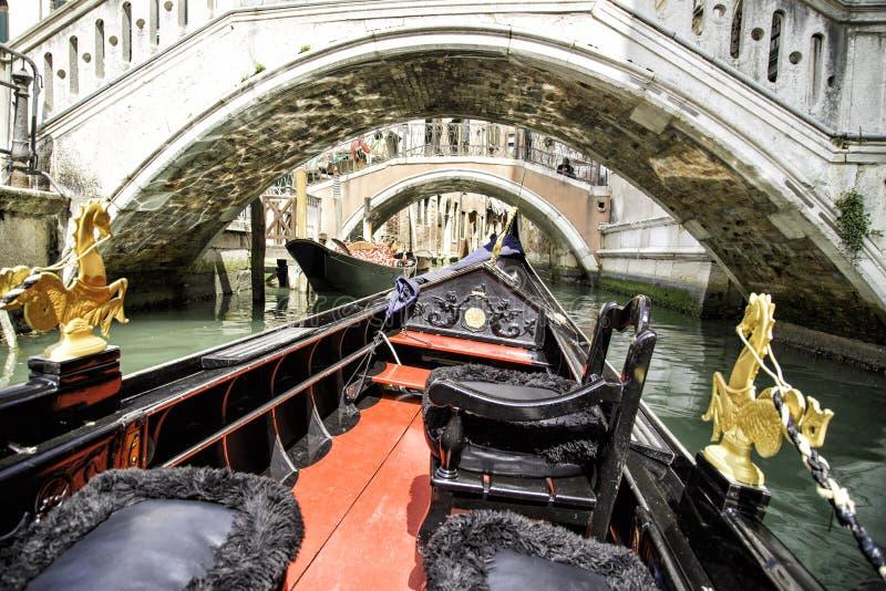 Άποψη από το ταξίδι γονδολών κατά τη διάρκεια του γύρου μέσω των στενών καναλιών στη Βενετία στοκ εικόνες με δικαίωμα ελεύθερης χρήσης