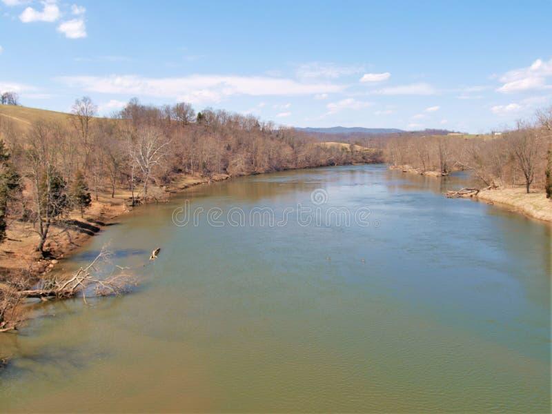 Άποψη από το τρίποδο στο νέο ίχνος ποταμών στοκ φωτογραφία